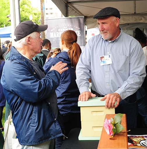 CSBA president Steve Godlin (right) of S. P Godlin Apiaries Inc., Visalia, chats with beekeeper Bill Cervenka of Bill Cervenka Aparies, Half Moon Bay. (Photo by Kathy Keatley Garvey)