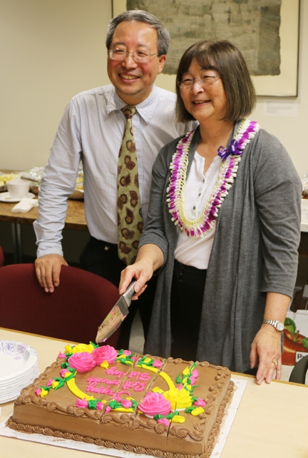 Professor Qing Li of the University of Hawaii and a Hammock lab alumnus cuts the cake with Shirley Gee at a ceremony honoring her at the 2015 Pacific Chem meeting, held in December in Hawaii.