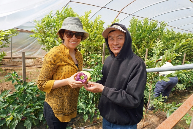 UCCE moringa project leader Lorena Ramos and Vang Thao with purple bell peppers.
