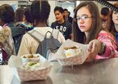 Eating lunch at school helps students make better food choices. (Photo: USDA)