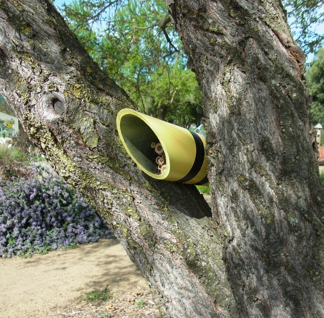 Bee-colored nesting tube