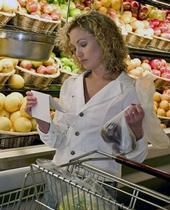 Crear y apegarse a una lista puede ayudarle a los compradores a ahorrar dinero y comer más saludablemente.