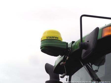 Receptor GPS montado en la cabina de un tractor. Los sistemas GPS se están usando cada vez más en la agricultura. Foto J. Williams.