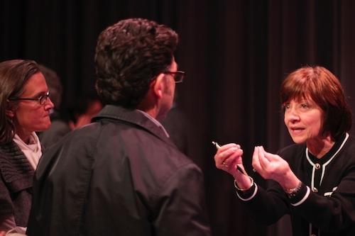 Karen Ross habla con miembros de la audiencia después del evento. (Fotografía por:Melanie Ruiz)