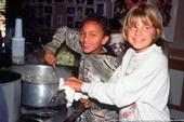 Enseñar a los jóvenes hábitos alimenticios saludables representa un regalo que perdurará toda la vida. ¡Y también puede ser muy divertido!
