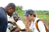 Un voluntario de Eco Finder discute el tema de las malezas con Michael Wolf, un estudiante de posgrado de UC Davis, en Kenia durante la primera ronda de proyectos del Fondo Trellis de Horticultura CRSP.