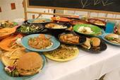 Un buffet con sobras de comidas les permite a los estudiantes visualizar la cantidad de desperdicio de comida.