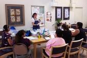 Una instructora de CalFresh explica cómo determinar las opciones menos costosas para los artículos en la lista de compras.
