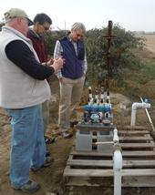 Científicos de Extensión Cooperativa de la UC (de izquierda a derecha) Larry Schwankl, Aziz Baameur y Mark Gaskell con el equipo para el conteo de riego.