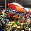 La sombra provee una manera simple de enfriar las frutas y verduras en un mercado en Tanzania. (Fotografía de Horticulture CRSP por Kent Bradford).