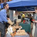 Los consumidores se pueden conectar con los productores de alimentos en los mercados de granjeros. (Fotografía de USDA).