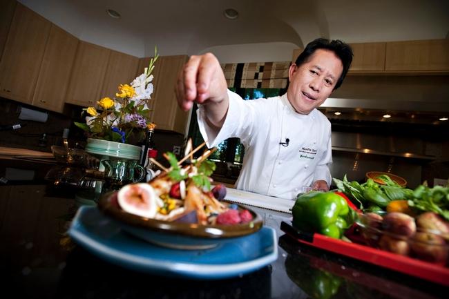 El reconocido chef Martin Yan da los toques finales a un platillo chino.