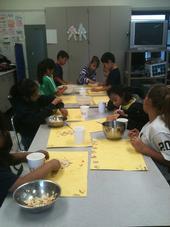 Un grupo de estudiantes contando semillas en la escuela