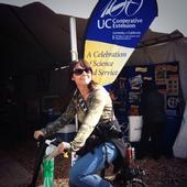 Una visitante pedalea la bicicleta de batidos del programa 4-H.