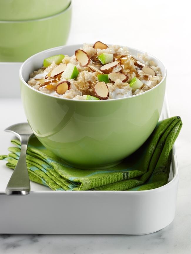 Avena con frutas y nueces hacen un desayuno rápido y saludable.