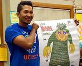 """Marc Sánchez muestra el """"Monstruo Verde"""" que usa para alentar a los niños a comer frutas y verduras. (Fotografía: José Pantoja)"""
