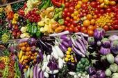 Applegate sugiere comer por lo menos 2 ½ tazas de verduras y 2 a 3 frutas al día.