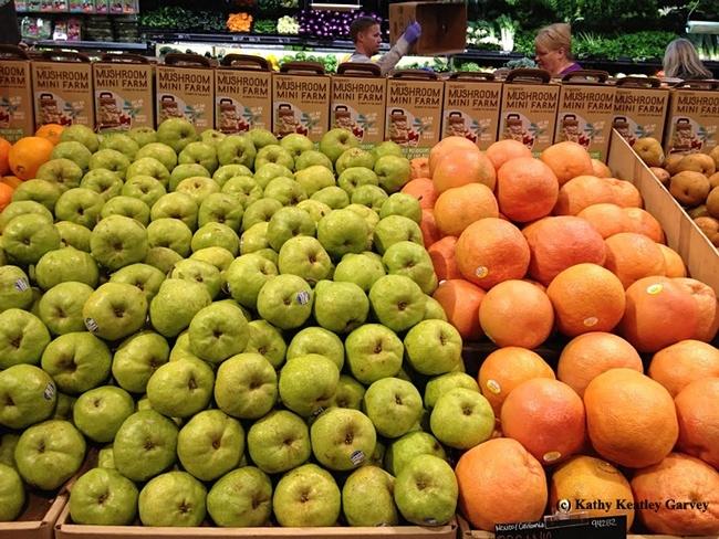 La sección de frutas y verduras es un buen lugar para seleccionar alimentos más saludables. (Foto por Kathy Keatley Garvey)