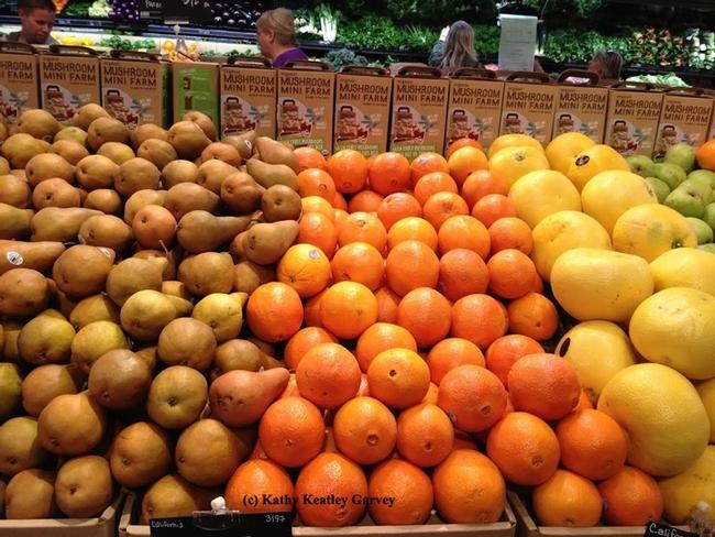 Las tiendas da abarrotes por lo general colocan las frutas y verduras alrededor del perímetro. (Foto por Kathy Keatley Garvey)