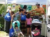 Un grupo de Madres en Recuperación visita el mercado de granjeros.