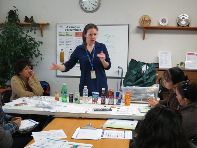Estela Cabral, educadora de nutrición de Extensión Cooperativa enseña en sus clases las desventajas de bebidas a las que se promocionan mucho.