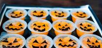 Dibuje caras de calabazas en la cubierta de plástico de las tacitas con gajos de naranja. for Blog de Alimentos Blog