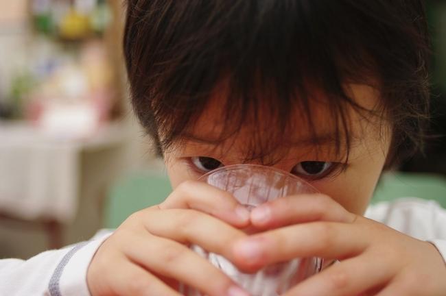 Beber agua es importante en la nutrición infantil y para prevenir la obesidad.
