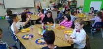Día de San Valentín del año pasado, Nick Spezzano (el hijo de Terri, con la camisa blanca) comiendo verduras y frutas frescas con sus compañeros en la escuela. for Blog de Alimentos Blog