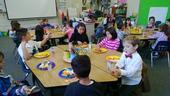 Día de San Valentín del año pasado, Nick Spezzano (el hijo de Terri, con la camisa blanca) comiendo verduras y frutas frescas con sus compañeros en la escuela.