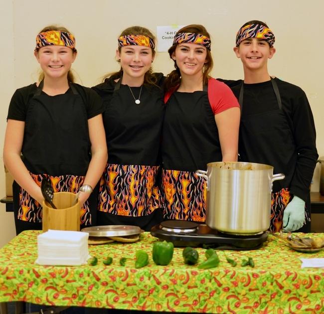El equipo ganador durante la competencia de chili de programa 4-H del condado de Solano inscritos en el Proyecto de Cocina al Aire Libre del condado. De izquierda a derecha se encuentran Quincy Decious, Fallon Decious, Shayley Gish y Braydon Gish. (Fotografía de Kathy Keatley Garvey).