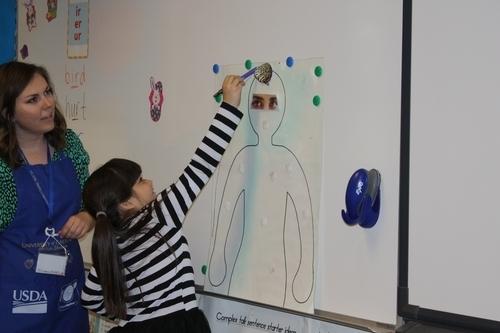 Educadores de nutrición de Extensión Cooperativa de UC-ANR enseñan sobre nutrición en salones de clases.