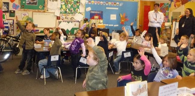 Los niños aprenden con el programa UC CalFresh.