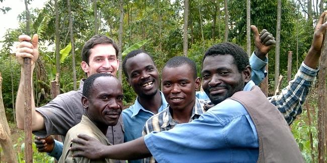 Como estudiante de postrado, Mark Lundy (atrás a la izquierda) trabajó con Chimwemwe (segundo de derecha a izquierda) y sus colegas de Malawi en un proyecto de producción de tomates.