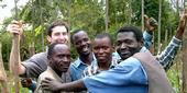 Mark Lundy (atrás a la izq.) con Chimwemwe (segundo der. a izq.) y sus colegas de Malawi .