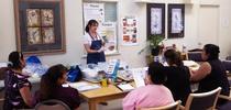 Una educadora del programa UC CalFresh imparte las lecciones del curso Planear, comprar, ahorrar y cocinar. for Blog de Alimentos Blog