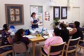 Una educadora del programa UC CalFresh imparte las lecciones del curso Planear, comprar, ahorrar y cocinar.