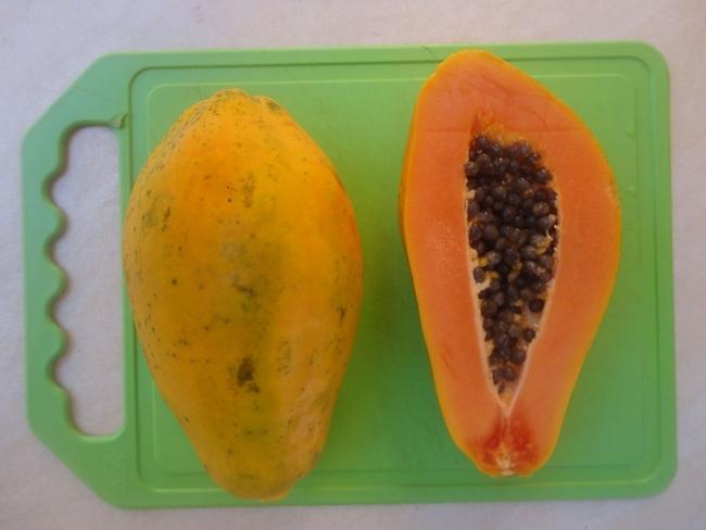 Los consejos para ahorrar dinero del programa UC CalFresh permiten a las familias comprar fruta importada como la papaya.