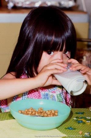 Los proveedores de cuidado infantil deben servir solo leche regular baja en grasa y sin endulzantes a niños de dos años o mayores.