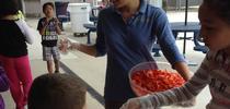 Un líder estudiantil y su asistente ayudan a repartir chiles morrones. for Blog de Alimentos Blog