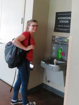 Sarah Risorto, del programa IPM de la UC, llena su botella en una de las estaciones de agua de la UC Davis. (Fotografía de Ann Filmer)