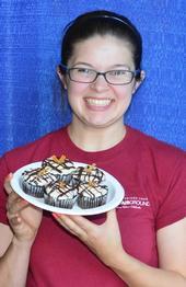 Julianna Payne con sus pastelitos sin gluten. (Fotografía de Kathy Kethley Garvey).