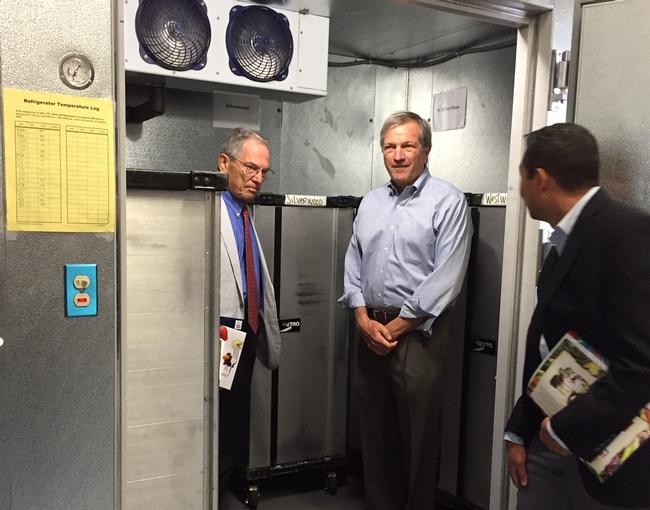 Ken Hecht, izquierda; Mark DeSaulnier, centro y Jesús Mendoza, administrador regional de la USDA, viendo la nueva cámara frigorífica.