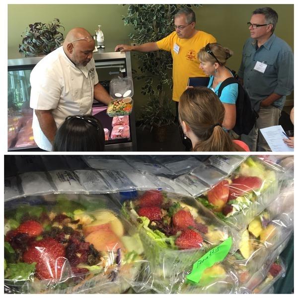 El chef del RUSD Chef Ryan, muestra a los visitantes su ensalada de verano hecha con productos frescos cultivados localmente.