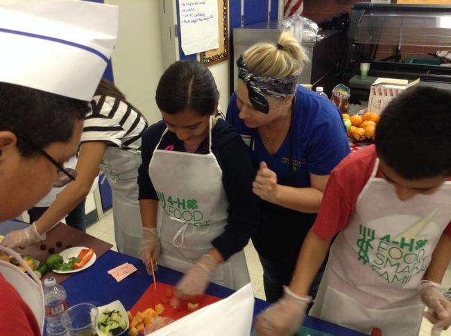 Estudiantes practican habilidades culinarias