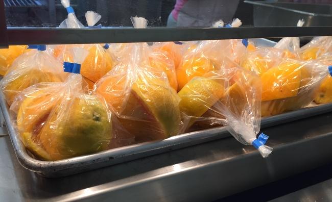 Al ofrecer alimentos más saludables, como frutas y verduras frescas y granos integrales, en las escuelas, mejorará la calidad de la alimentación en general.