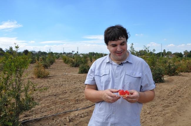 John Chater, estudiante de doctorado, siguie los pasos de su abuelo para desarrollar nuevas variedades de granadas.