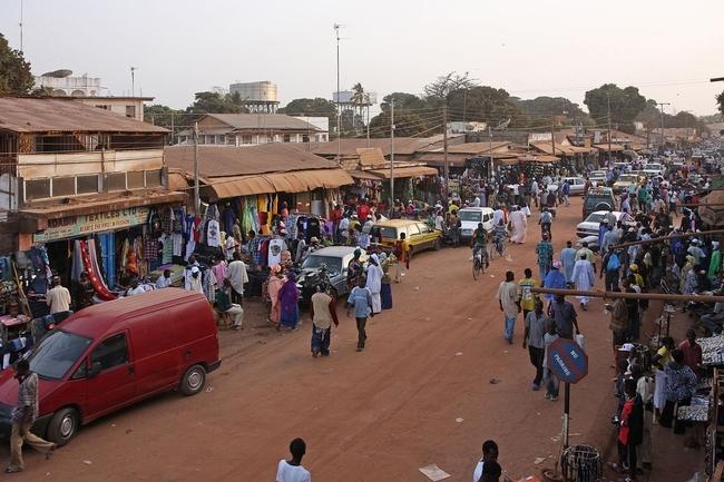 La investigación de la UC en Gambia reveló cambios en las características de la leche materna durante las dos diferentes estaciones del país – cuando el suministro de alimentos difiere significativamente. (Fotografía: Wikimedia Commons)