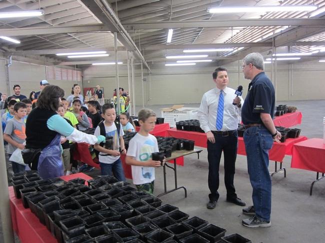 El director de Kearney, Jeff Dahlberg, fue entrevistado sobre los programas de educación para la comunidad que se ofrece el Centro de Extensión e Investigación de UC Kearney.