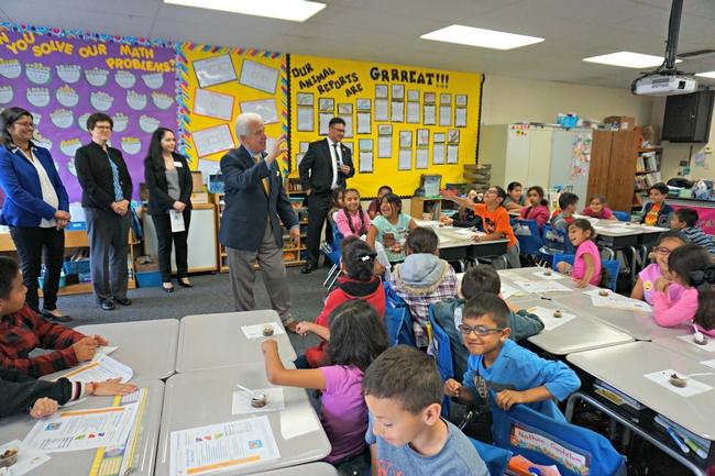 El congresista de EUA se despide de los estudiantes de segundo grado de la primaria La Vina.