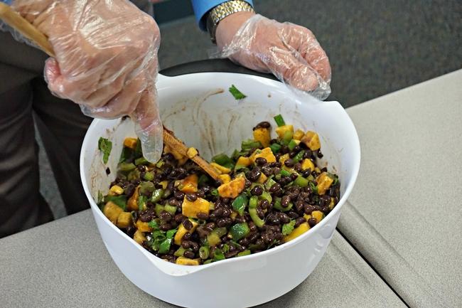 Ensalada de frijoles negros y mango.